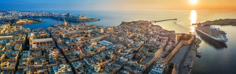 Valletta Malta - flyg- panoramautsikt av Valletta med den Mount Carmel kyrkan, StPaul ` s och domkyrkan för StJohn ` s royaltyfri fotografi