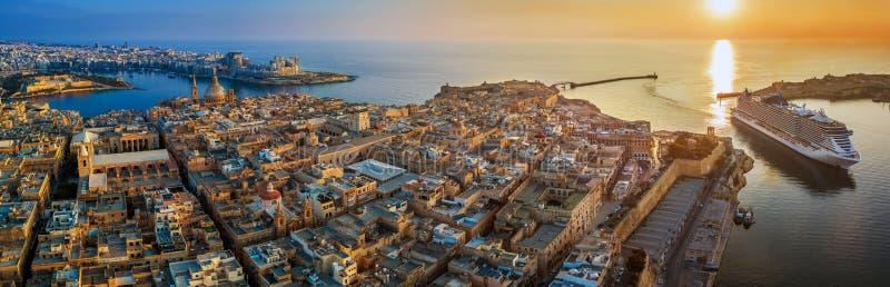 Valletta Malta - flyg- panoramautsikt av Valletta med den Mount Carmel kyrkan, StPaul ` s och domkyrkan för StJohn ` s arkivfoto