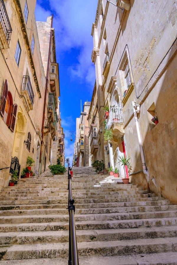 Valletta Malta: Gå gatan med den långa trappuppgången fotografering för bildbyråer