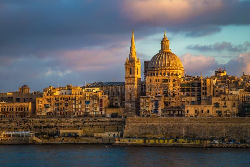 Valletta, Malta - goldene Stunde an der berühmten StPaul-` s Kathedrale und an der Stadt von Valletta lizenzfreies stockbild