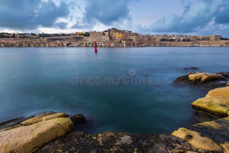 Valletta Malta - huvudstaden av Malta som tas från Senglea på solnedgången royaltyfria bilder