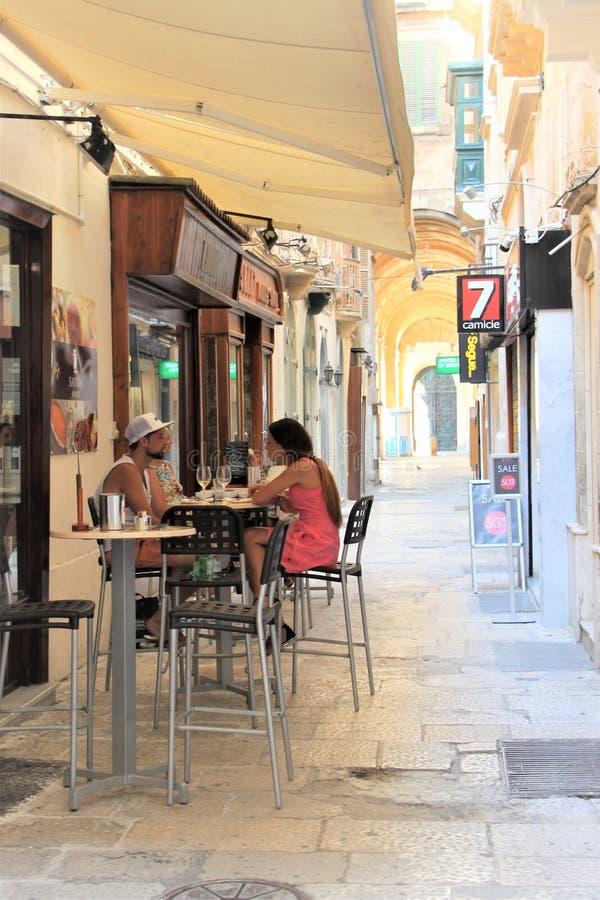 Valletta, Malta, im Juli 2016 Ein liebevolles Paar in einem kleinen Café im Stadtzentrum lizenzfreie stockbilder
