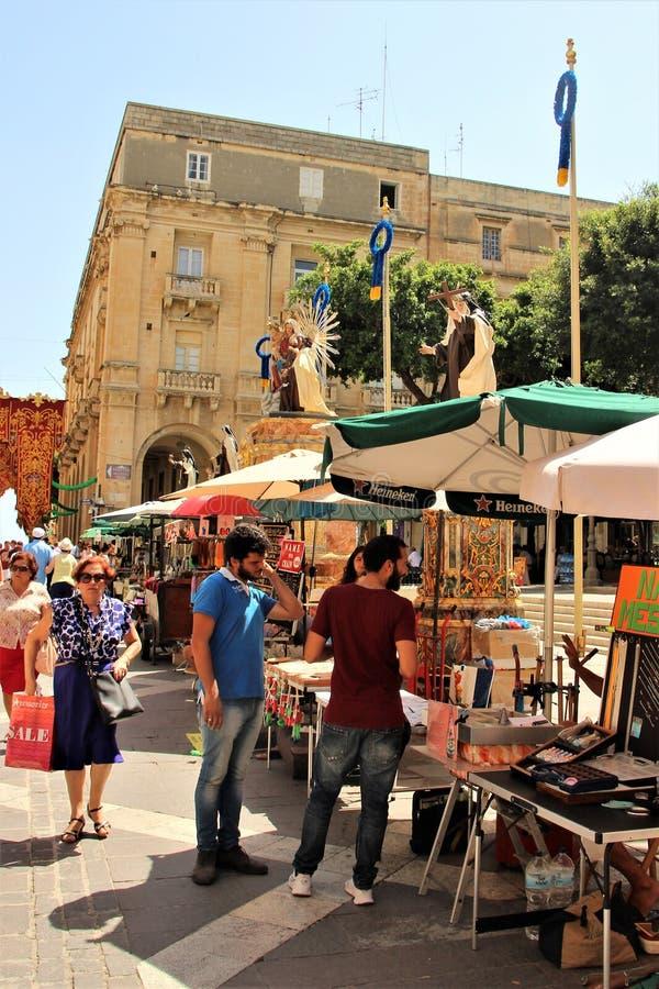 Valletta Malta, Juli 2014 Livlig rörelse av folk på den huvudsakliga gatan av staden under en religiös ferie royaltyfria bilder