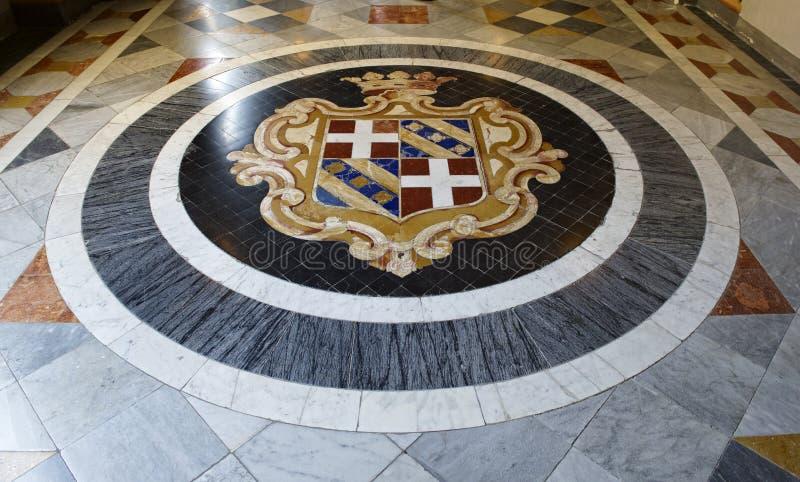 VALLETTA MALTA - kan 5, 2018: fragmentera fotoet av armourykorridoren på det huvudsakliga golvet av slotten för Grandmaster` s i  royaltyfri bild