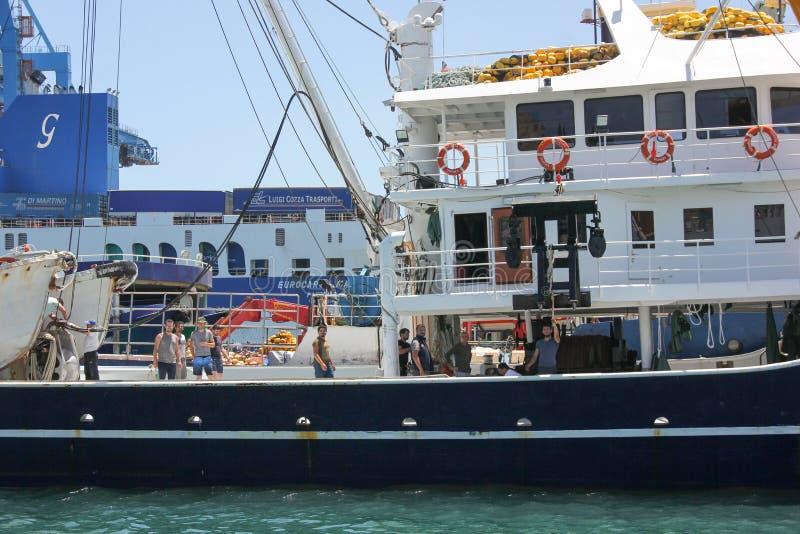 Valletta Malta - kan 2018: Le arbetare i port på lastfartyget arkivbild