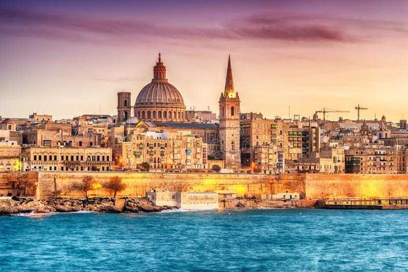 Valletta, Malta: linia horyzontu od Marsans schronienia przy zmierzchem obraz stock