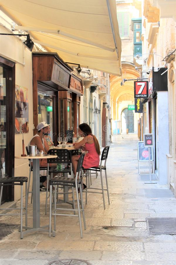 Valletta, Malta, Lipiec 2016 Kochająca para w małej kawiarni w centrum miasta obrazy royalty free