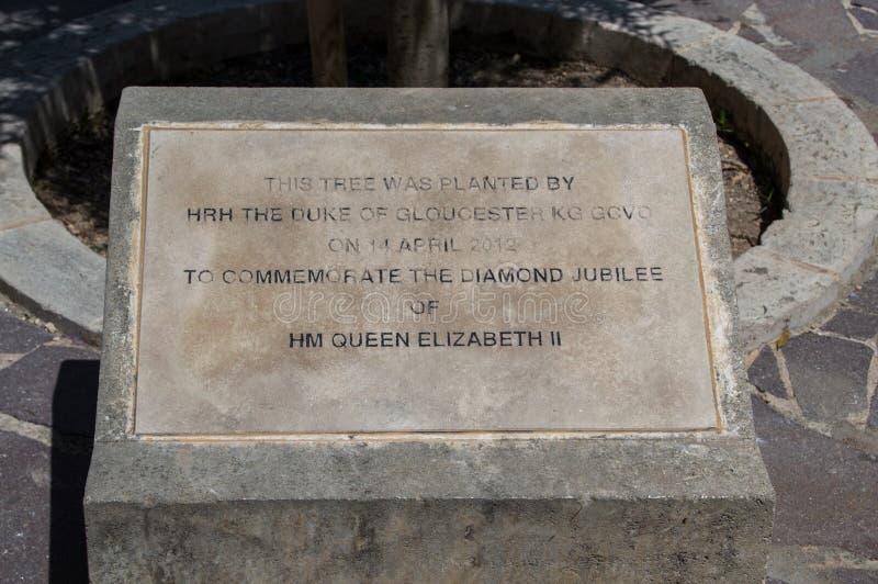 Valletta Malta - Maj 9, 2017: Platta med information om trädet som planteras för att fira minnet av diamantjubileet av HM Queen E arkivfoto