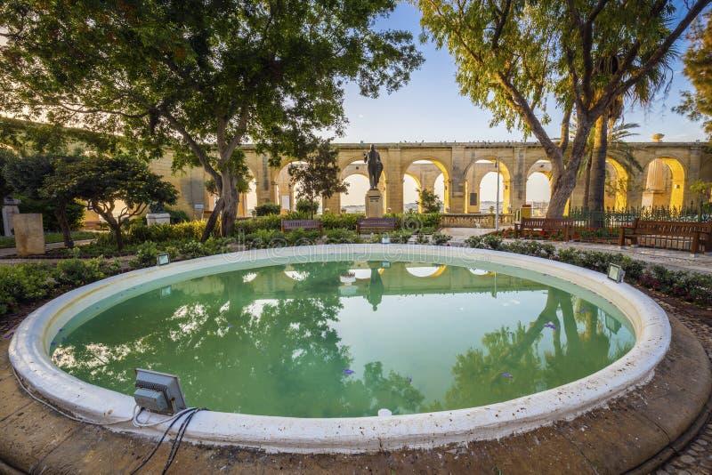 Valletta, Malta - obere Barrakka-Gärten früh morgens mit Bäumen und blauem Himmel stockfotografie
