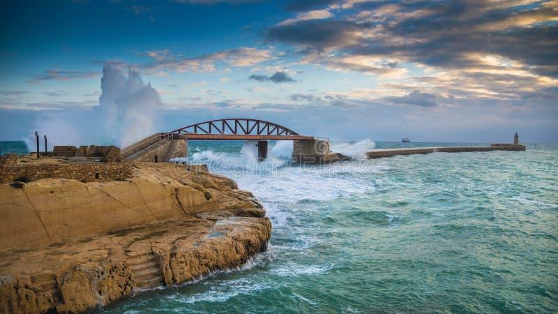 Valletta, Malta - ondas enormes surpreendentes sobre a ponte do quebra-mar foto de stock