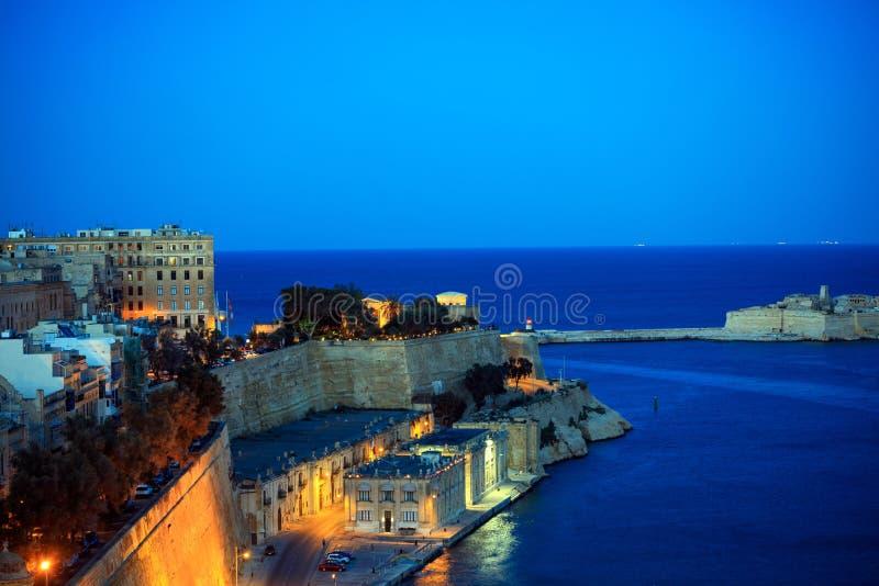 Valletta, Malta Opinião grande de entrada de porto dos jardins superiores de Barrakka na noite imagem de stock