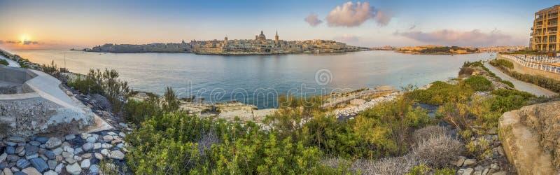 Valletta, Malta - opinião panorâmico da skyline da cidade antiga de Valletta com a catedral do ` s de StPau imagem de stock royalty free