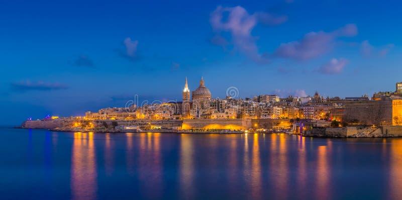 Valletta Malta - panorama- horisontsikt av den berömda domkyrkan för StPaul ` s arkivbilder