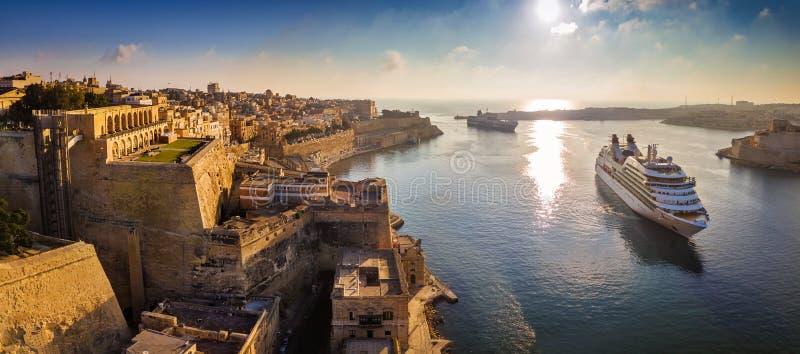 Valletta, Malta - panoramische Luftskylineansicht von Valletta wenn Kreuzschiffe, die in den großartigen Hafen segeln lizenzfreies stockbild
