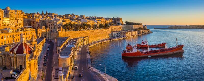 Valletta, Malta - panoramische Skylineansicht von Valletta und der großartige Hafen stockbild