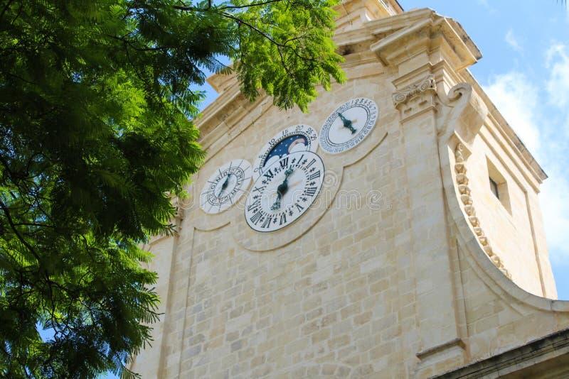 Valletta, Malta, septembar 26, 2017 - legt klok bovenop historische klokketoren in tuin in Prinsalfred's Binnenplaats van vast royalty-vrije stock afbeelding
