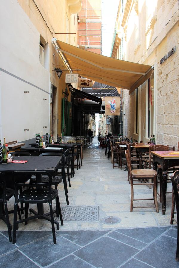 Valletta, Malta, Sierpień 2015 Plenerowa kawiarnia, lokalizować w alei w starym miasteczku fotografia royalty free