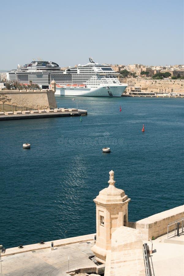 Valletta, Malta, sierpień 2019 r. Grand Harbor od ściany Fort St Angelo, widok pionowy zdjęcia royalty free