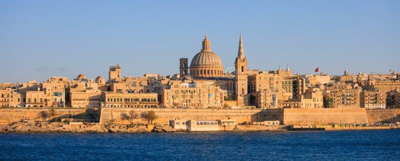 Valletta, Malta, Skyline am Nachmittag mit der Haube der Carmelite Kirche und dem Turm von St- Paul` s lizenzfreies stockfoto