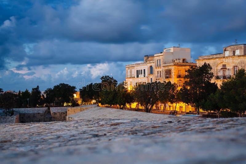 Valletta, Malta: vista das paredes da cidade no por do sol imagens de stock royalty free