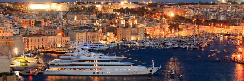 Valletta, Malta Vista do porto grande dos jardins superiores de Barrakka na noite fotografia de stock royalty free
