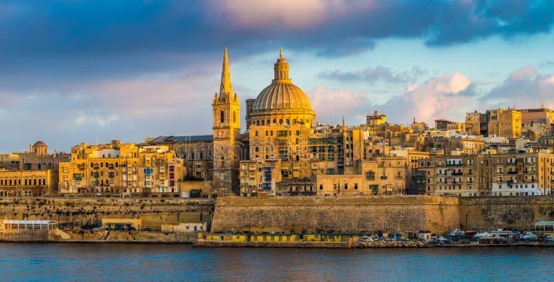 Valletta, Malta - vista panorâmica da hora dourada na catedral famosa do ` s de StPaul foto de stock