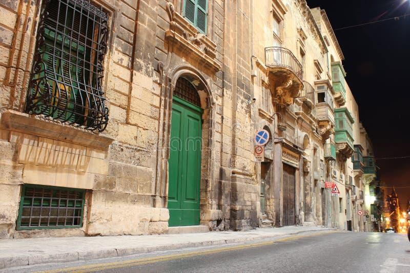 Valletta oude straat bij nacht stock afbeelding