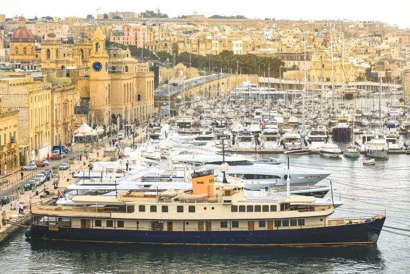 Valletta port är en populär turist- dragning royaltyfri foto