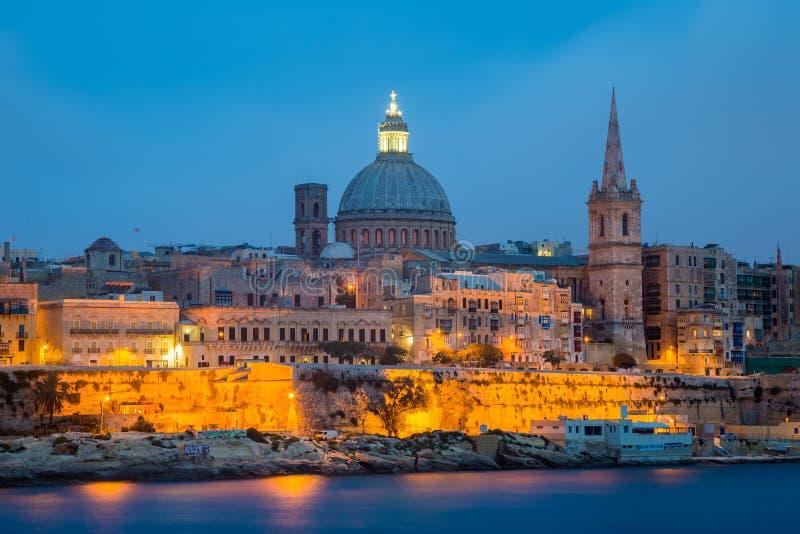 Valletta-Seeseiteskylineansicht, wie von Sliema, Malta gesehen St Paul Kathedrale nach Sonnenuntergang stockfoto