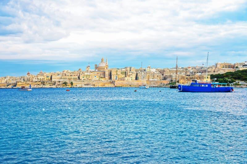 Valletta-Skyline mit Heiligem Paul Cathedral und Bastionen auf Malta lizenzfreie stockfotos