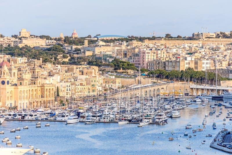 Vallettahorizon met jachthaven bij zonsondergang stock foto's
