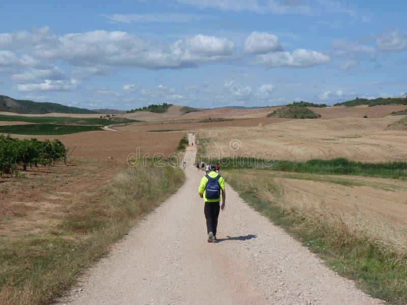 Vallfärda längs vägen av St James Man som går på Camino de Santiago arkivbild