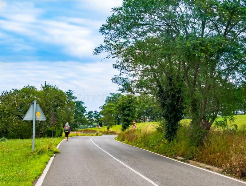 Vallfärda med ryggsäcken som går Caminoen de Santiago i Spanien, väg av St James fotografering för bildbyråer