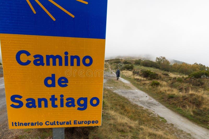 Vallfärda på Caminoen de Santiago en regnig dag royaltyfri fotografi