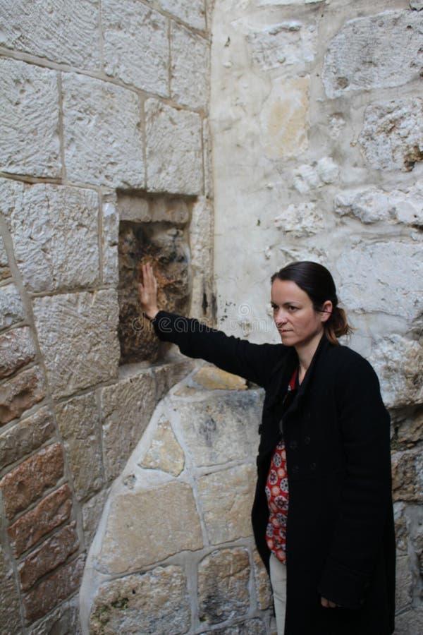 Vallfärda välsignar ett kors med det Jesus handtrycket, i Via Dolorosa station 5 arkivfoto