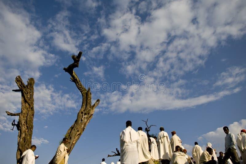 Vallfärdar att be vid en tree, lalibelaen, ethiopia arkivbilder