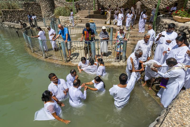 Vallfärdar att döpa i Jordan River, i Yardenit den dop- platsen Nordliga Israel royaltyfri fotografi
