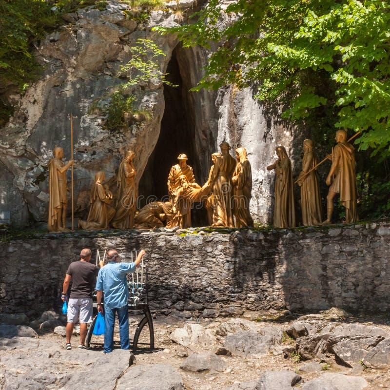 Vallfärdar belysningstearinljus för skulptural sammansättning av episodjordfästningen av kroppen av Jesus Christ efter korsfästel royaltyfri foto