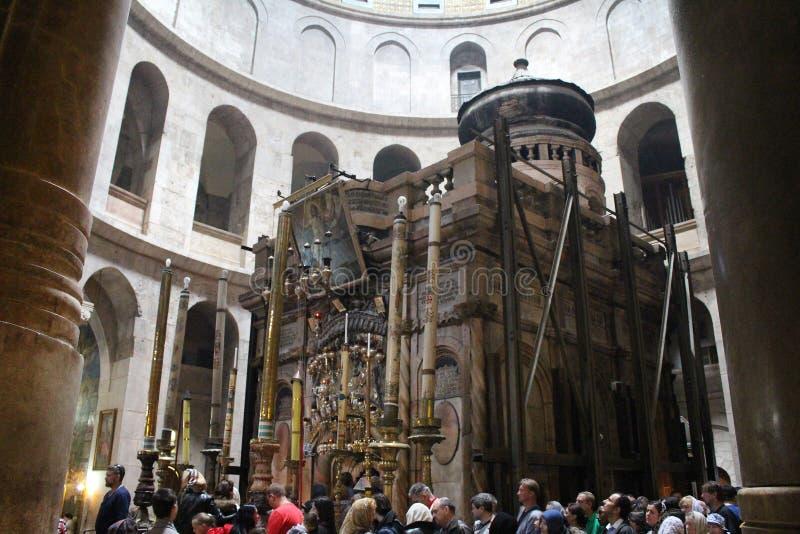 Vallfärdar framme av Ediculen i kyrkan av den heliga griften, Kristus gravvalv, i den gamla staden av Jerusalem, Israel royaltyfri fotografi