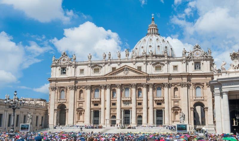 Vallfärdar och turisten i den St Peter fyrkanten under påvliga åhörare arkivbild