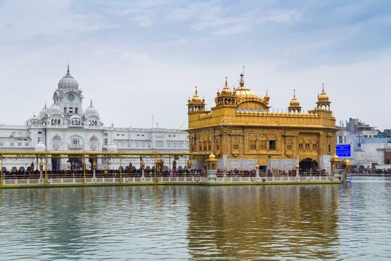 Vallfärdar på den guld- templet, den mest holiest sikh- gurdwaraen i världen royaltyfri foto