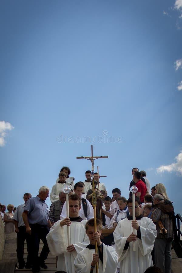 Vallfärdar på religiös händelseSt Ivo i Podmilacje, Jajce royaltyfri fotografi