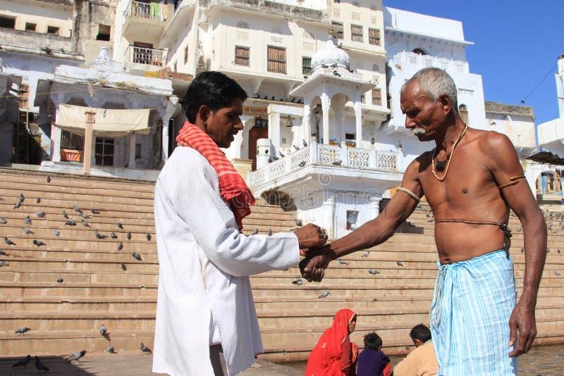 Vallfärdar utför religiösa ritualer på bankerna av Pushkar sjön arkivbild