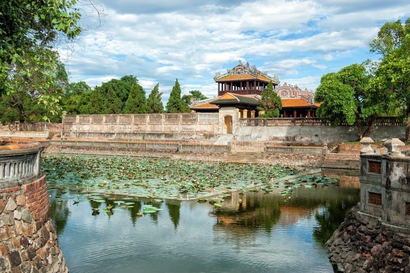 Vallgrav av den imperialistiska staden (citadell) på tonen, Vietnam royaltyfri foto