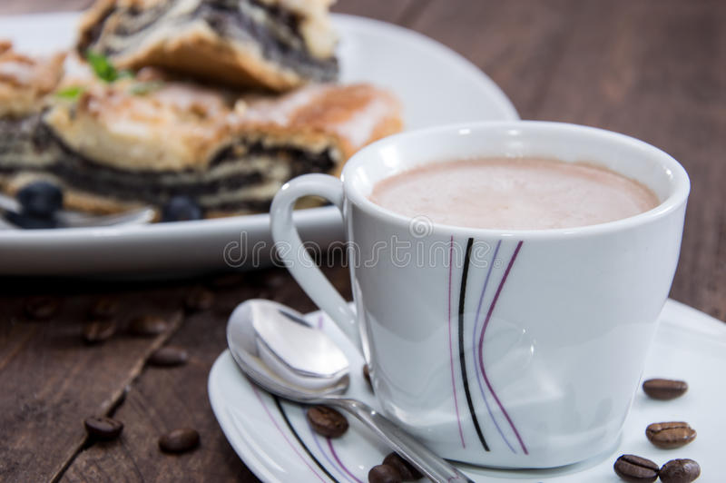 Vallmofrökaka med kaffe royaltyfria bilder