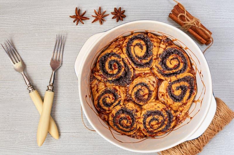 Vallmofrörullar med choklad som överträffar i den stekheta maträtten - traditionell ungersk bakelse för jul Kanelbrunt sött bröd royaltyfria foton
