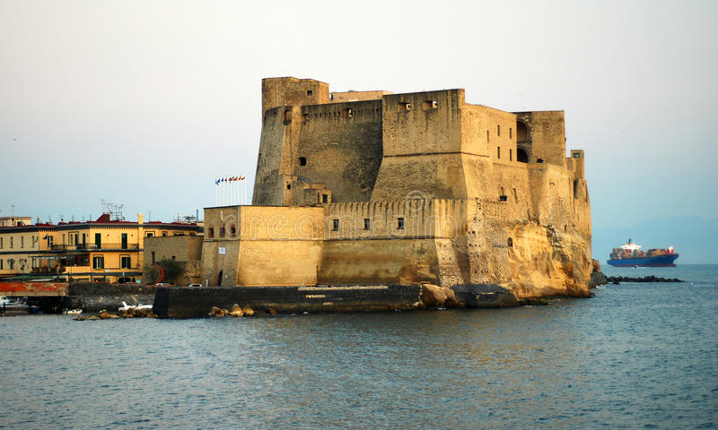 Vallon Ovo de château dans le panorama de ville de Naples images stock