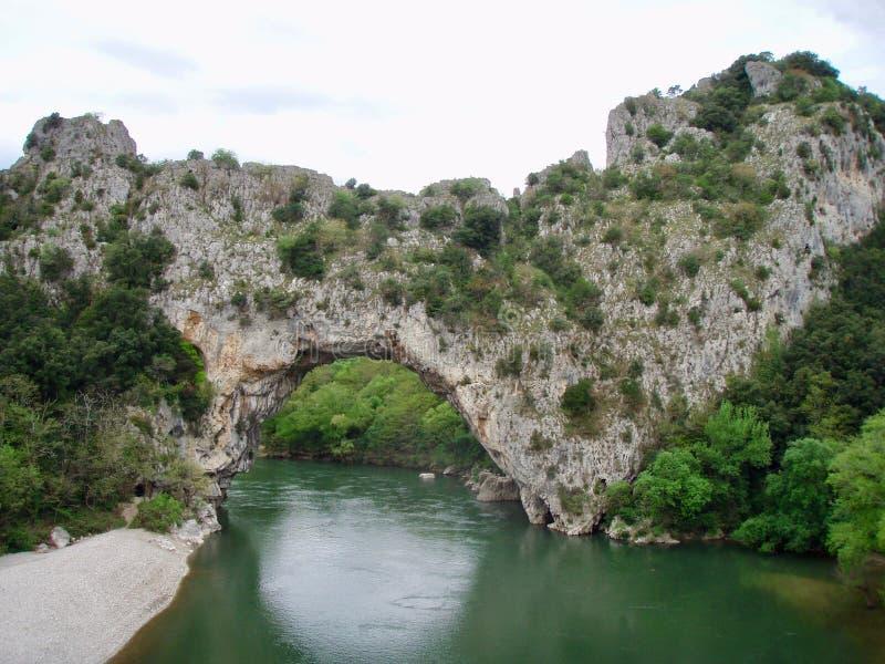 Vallon-Pont-d'Arc Vallon es famoso por su arco natural sobre el Ardèche imagenes de archivo