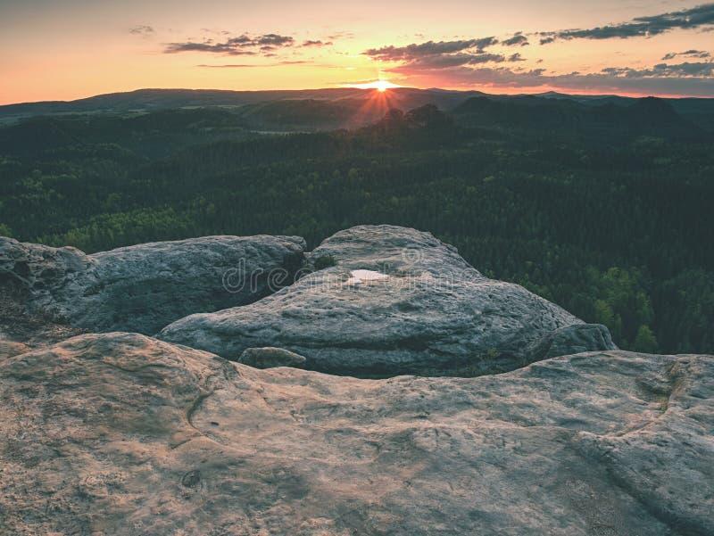 Vally tussen rotsen Bergbeklimmingstoppen in mooie ochtend stock afbeelding