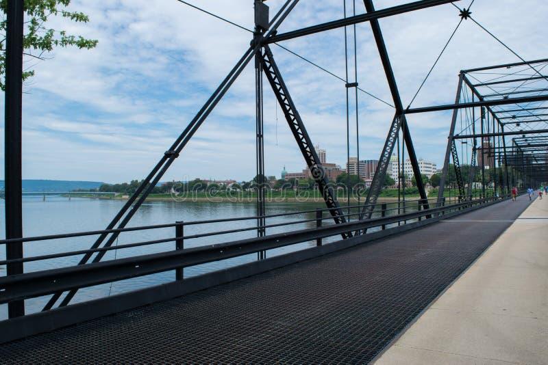 Valnötgatabro i Harrisburg, Pennsylvania som leder till staden arkivbilder